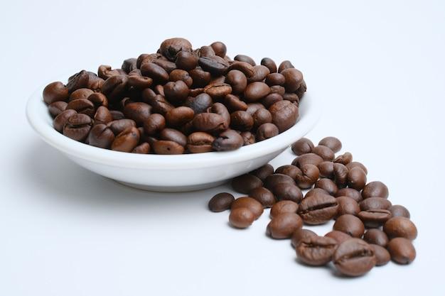 Conjunto de grãos de café torrados frescos isolados no fundo branco Foto Premium