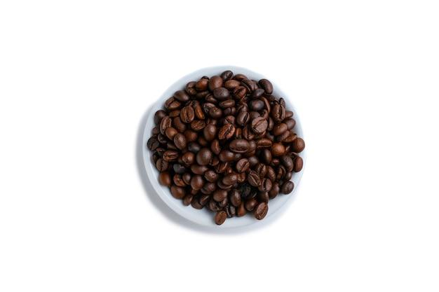 Conjunto de grãos de café torrados frescos isolados no fundo branco
