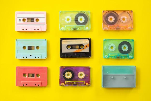 Conjunto de gravador cassete de fita vintage em fundo amarelo