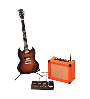 Conjunto de guitarra elétrica, amplificador combo e processador isolado no fundo branco