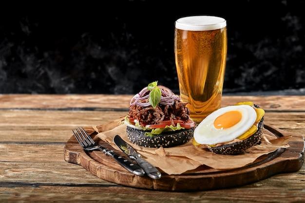 Conjunto de hambúrguer com ovo e cerveja