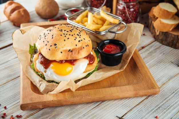 Conjunto de hambúrguer de ovo com batata frita e ketchup