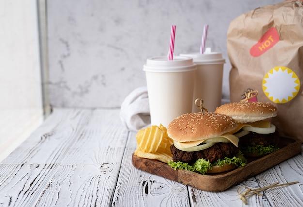 Conjunto de hambúrgueres caseiros e bebida