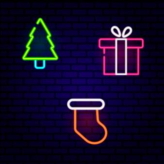 Conjunto de ícones de feriados de caixas de presente, árvore de natal, meia de natal no fundo da parede de tijolo. ilustração vetorial. tendências feliz ano novo