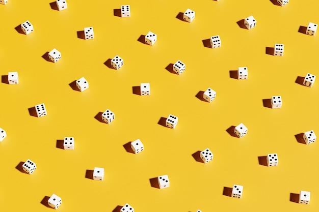 Conjunto de ilustração 3d de dados do jogo, isolado no fundo amarelo. desenho de dados de um a seis.
