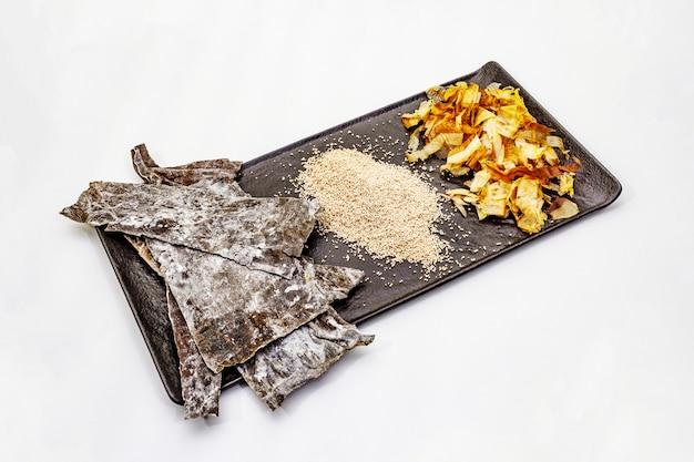 Conjunto de ingrediente tradicional japonês para cozinhar o caldo básico dashi. algas kombu, katsuobushi e grânulos secos acabados. isolado