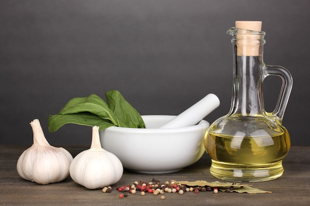 Conjunto de ingredientes e especiarias para cozinhar na mesa de madeira