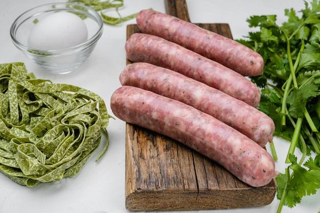 Conjunto de ingredientes fáceis de salsicha carbonara, no fundo da mesa de pedra branca