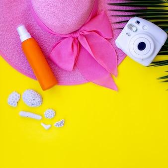 Conjunto de itens de praia de verão em amarelo