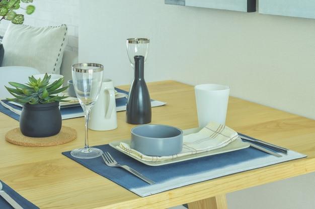 Conjunto de jantar com estilo de cerâmica na mesa de jantar de madeira