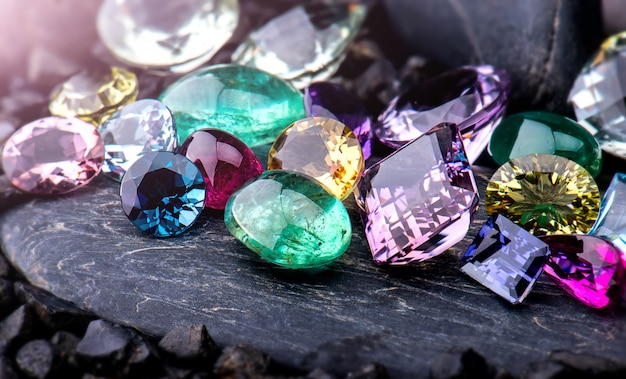 Conjunto de jóias de coleção de pedras preciosas.