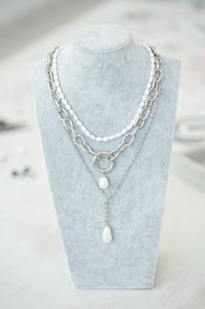 Conjunto de joias feitas à mão. fabricação de joias artesanais com ferramentas profissionais. beleza, acessórios e conceito de moda.