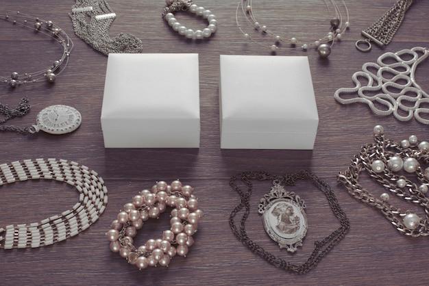 Conjunto de jóias vintage em um fundo escuro de madeira.