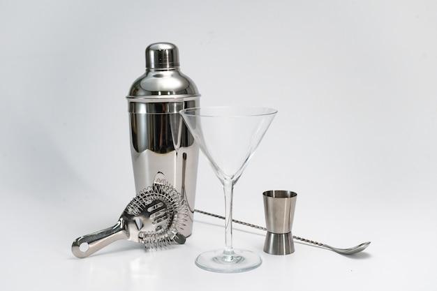 Conjunto de kit de barman profissional coqueteleira, colher, coador hawthorne, fundo branco