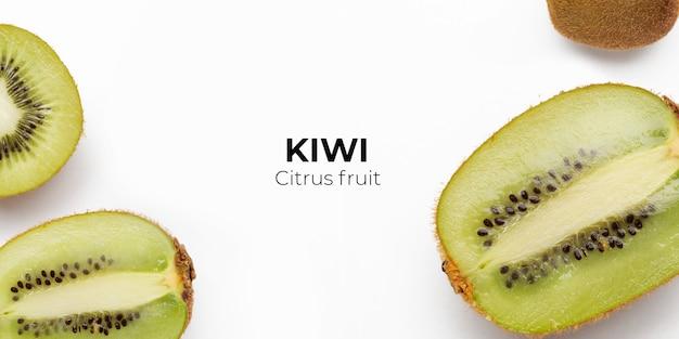 Conjunto de kiwi fresco inteiro e cortado e fatias isoladas na superfície branca da vista superior