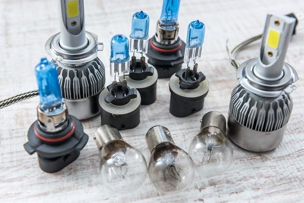 Conjunto de lâmpada automática diferente para farol de reparo na mesa de madeira branca. lâmpadas elétricas modernas.
