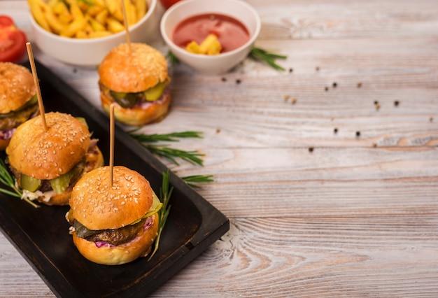 Conjunto de lanches de fast-food com molho de tomate