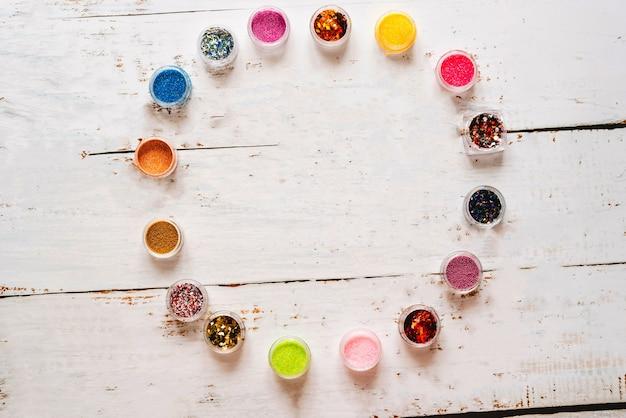 Conjunto de lantejoulas diferentes para uma bela manicure.