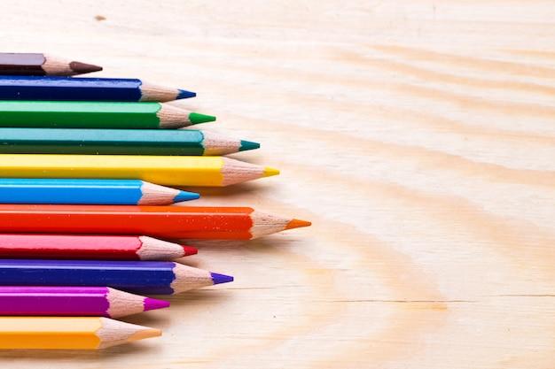 Conjunto de lápis coloridos, colocar em uma linha de perto