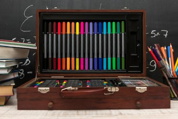 Conjunto de lápis coloridos. material escolar em caixa de madeira. conceito de educação.