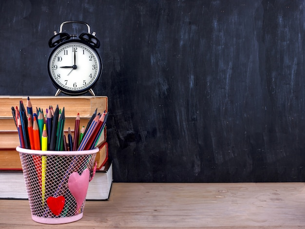 Conjunto de lápis de cor e marcadores para a escola.