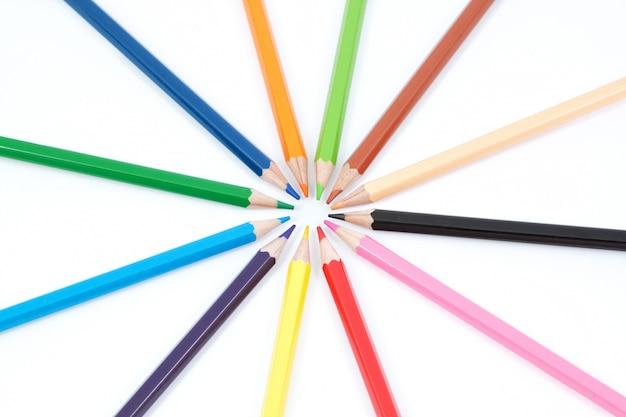 Conjunto de lápis de cor em forma de uma estrela. sobre um fundo branco
