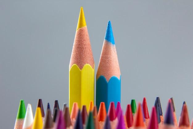 Conjunto de lápis de cor em um espaço cinza. ferramentas de desenho. paleta de criatividade
