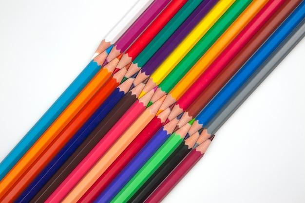 Conjunto de lápis de cor em um fundo branco. ferramentas de desenho. uma paleta de criatividade