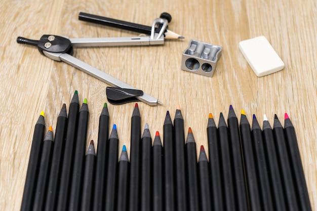 Conjunto de lápis de cor, escola e material de escritório em uma vista de topo de tabela