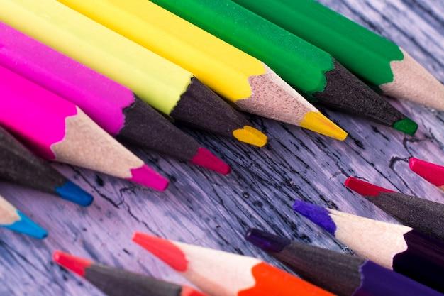 Conjunto de lápis de cor na mesa de madeira, macro.
