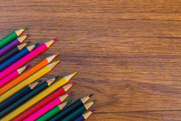 Conjunto de lápis de cor na mesa de madeira