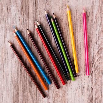 Conjunto de lápis de cor na superfície de madeira
