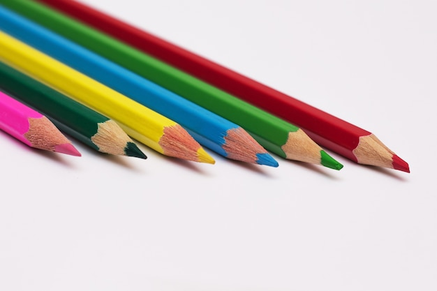 Conjunto de lápis de cores diferentes para a aula de desenho