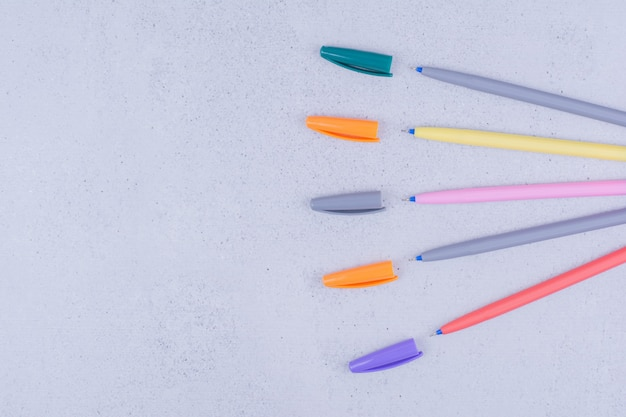 Conjunto de lápis multicoloridos para colorir mandala.