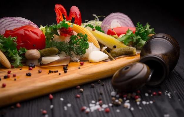 Conjunto de legumes em conserva no preto