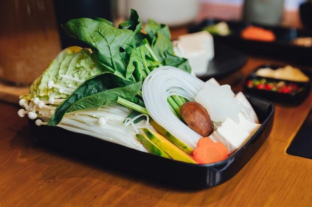 Conjunto de legumes sukiyaki.