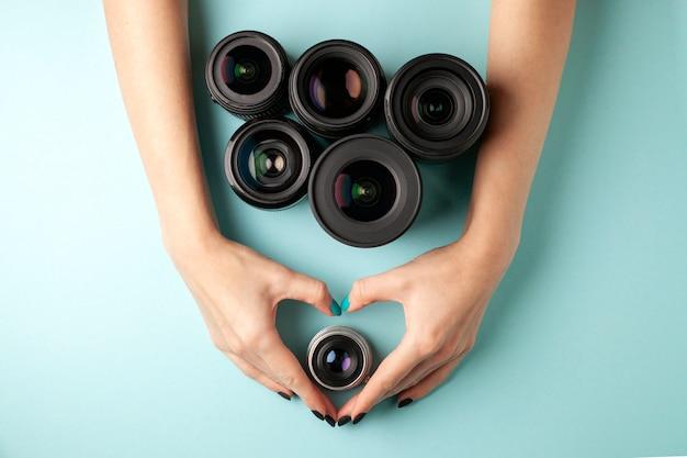 Conjunto de lentes fotográficas em fundo colorido