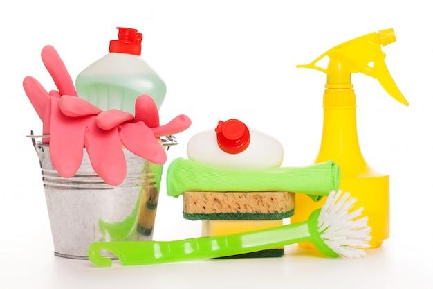 Conjunto de limpeza colorido brilhante sobre uma mesa de madeira
