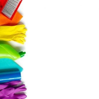 Conjunto de limpeza colorido para diferentes superfícies na cozinha