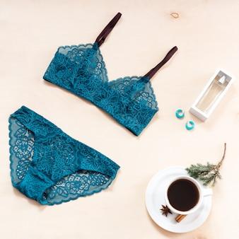 Conjunto de lingerie de renda sexy elegante com xícara de café