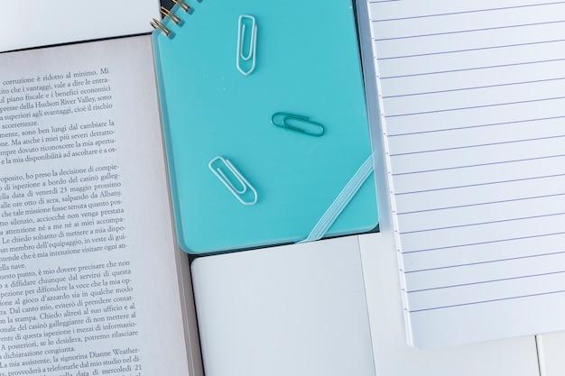 Conjunto de livro e caderno