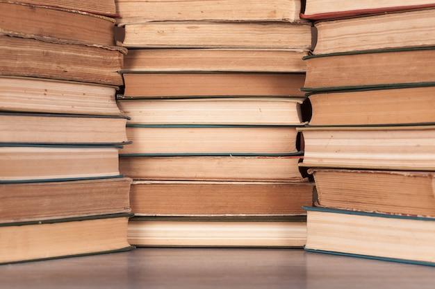 Conjunto de livros antigos com diferentes pontos de vista.