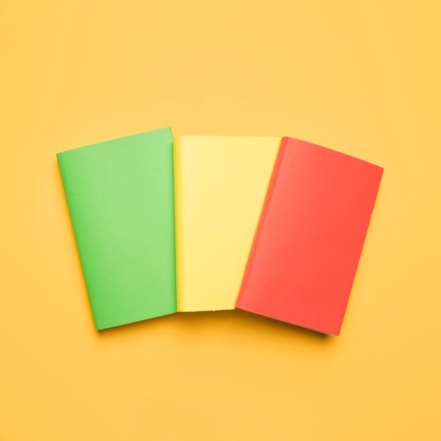 Conjunto de livros com capas de várias cores