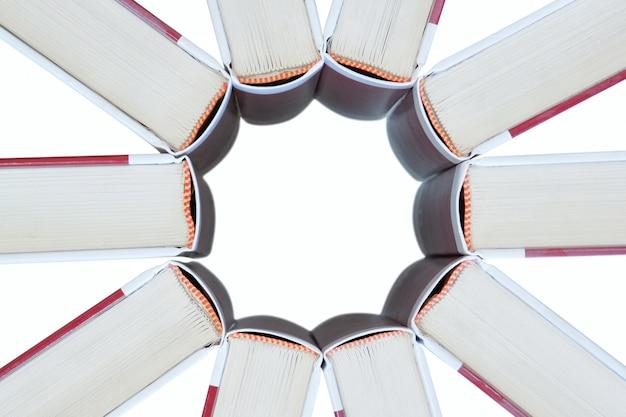 Conjunto de livros em forma de uma estrela.