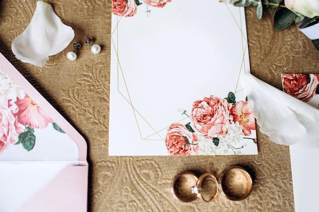 Conjunto de luxo de convites de casamento, alianças, acessórios elegantes da noiva
