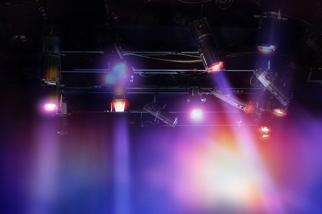 Conjunto de luz pendurado no estúdio de televisão.