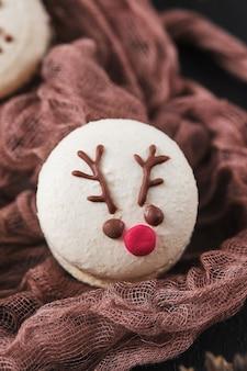Conjunto de macarons de pasteis de ano novo com recheio de tangerina de chocolate branco e creme