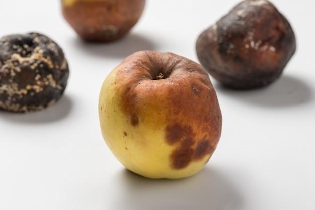 Conjunto de maçãs podres no parapeito da janela da cozinha