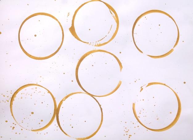 Conjunto de manchas amarelas douradas isoladas no fundo do papel branco
