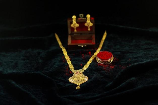 Conjunto de mangalsutra de ouro de mulheres indianas